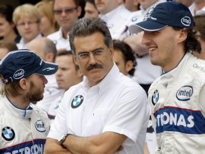 BMW-Motorsportdirektor Mario Theissen steht zwischen Nick Heidfeld (l) und Robert Kubica beim Formel-1-GP Sao Paulo (Archivfoto).
