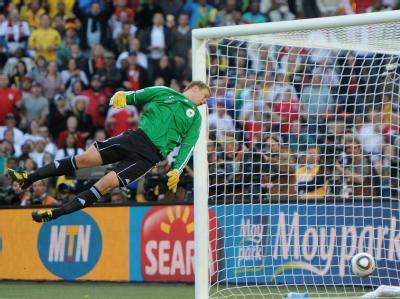 Der Ball war klar hinter der Linie, das müsste auch Torwart Manuel Neuer gesehen haben.