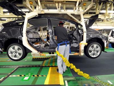 Toyota Fertigung in Toyota City: Die Autoproduktion in Japan sollte eigentlich schon längst wieder laufen. Doch die Hersteller zögern die Wiederinbetriebnahme der Fabriken immer weiter hinaus. Es fehlt an Strom und Teilen.