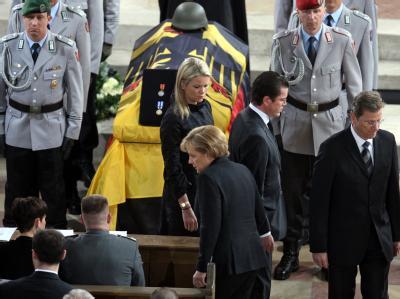 Bundeskanzlerin Merkel, Außenminister Westerwelle, Verteidigungsminister zu Guttenberg und dessen Ehefrau Stephanie zu Guttenberg nehmen Abschied von vier am 15. April in Afghanistan getöteten Soldaten (Archiv).
