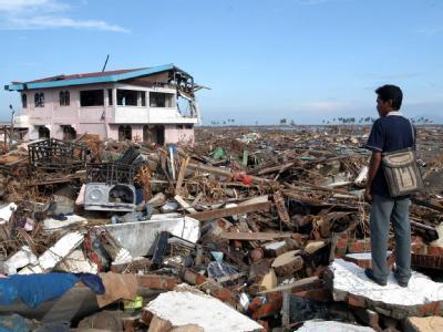 Ein Überlebender auf den Trümmern seines Hauses in Banda Aceh. Er verlor Mutter, Tochter und drei Brüder. (Archivbild)