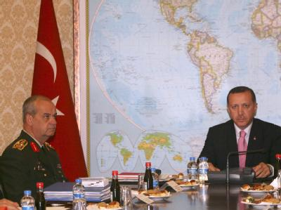 Traditionell gespanntes Verhältnis: Der türkische Premierminister Recep Tayyip Erdogan (r.) und Generalstabschef Ilker Basbug (Archivfoto vom 4.10.2008).