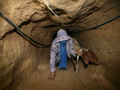 Ein palästinensischer Schmuggler in einem Tunnel, der Ägypten mit dem Gazastreifen verbindet.