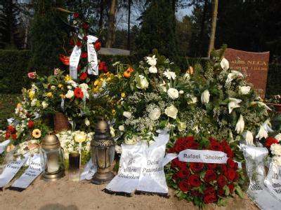 Blumen und Trauerschleifen schmücken am 06.04.2009 in Lübeck auf dem Vorwerker Friedhof das Grab des in der Türkei mit Methanol vergifteten Schülers.