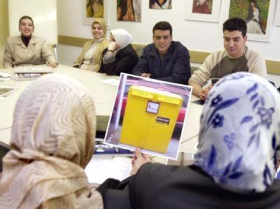 Ausländer nehmen an einem Integrationskurs teil (Archivfoto vom 15.11.2001).
