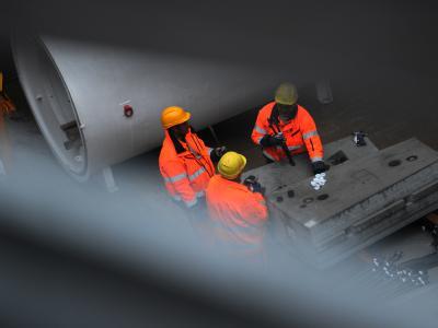 Bauarbeiter stehen in einer U-Bahn-Baustelle in Düsseldorf und sortieren Eisenstangen. (Archiv- und Symbolbild)