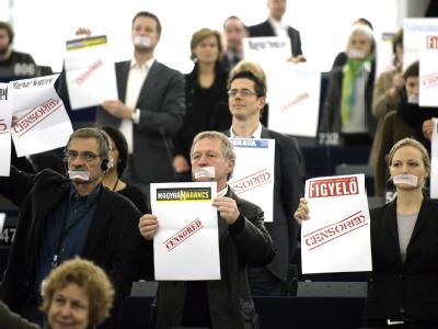 EU-Parlamentarier protestieren im Parlament gegen das ungarische Mediengesetz. (Archivbild)