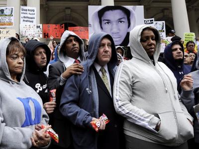 Teilnehmer einer Demonstration in New York: Viele tragen schwarze Kapuzenpullover («Hoodie») - ähnlich jenem, den Trayvon Martin anhatte, als er erschossen wurde. Foto: Justin Lane/Archiv