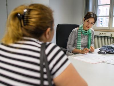 Beraterin Marina Hedvizak (r.) von der Erstberatungsstelle Südosteuropa spricht in Mannheim mit einer Bulgarin. Foto: Uwe Anspach/Archiv