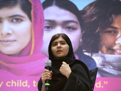 Das vor einem Jahr bei einem Mordanschlag der Taliban schwer verletzte pakistanische Mädchen Malala Yousafzai ist im Weißen Haus von US-Präsident Barack Obama empfangen worden. Foto: Shawn Thew