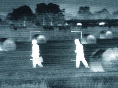 Grenzüberwachung: Auf dem Bildschirm eines Wärmebildgerätes sind zwei Menschen zu erkennen. Foto: Jens Kalaene/Archiv