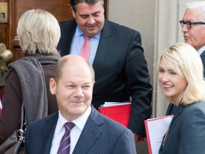 Hamburgs Erster Bürgermeister und SDP-Vize Olaf Scholz (vorn) gehört zum SPD-Sondierungsteam. Foto: Maurizio Gambarini/dpa