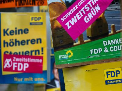 Wahlplakat zur Bundestagswahl: Der neue Grünen-Fraktionsvorsitzende Anton Hofreiter hat Korrekturen am umstrittenen Steuerkonzept seiner Partei angedeutet. Foto: Arno Burgi/Archiv