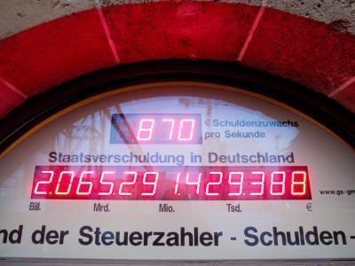 Das Foto vom 18.01.2013 zeigt die Schuldenuhr des Bundes der Steuerzahler in Berlin. Die Schuldenuhr tickt wegen satter Steuereinnahmen langsamer als früher. Foto: Kay Nietfeld/Archiv