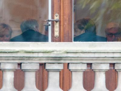 NRW-Ministerpräsidentin Kraft (l-r), Bayerns Ministerpräsident Seehofer, Bundeskanzlerin Merkel und der SPD-Fraktionsvorsitzende Steinmeier sitzen in Parlamentarischen Gesellschaft in Berlin zusammen. Foto: Kay Nietfeld