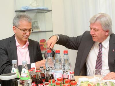 Hessens Ministerpräsident Bouffier (r) und der hessische Spitzenkandidat von Bündnis 90/Die Grünen, Tarek Al-Wazir, im Landtag in Wiesbaden. Foto: Fredrik von Erichsen/Archiv