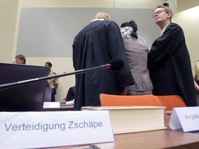 Beate Zschäpe zwischen ihren Anwälten Wolfgang Heer und Anja Sturm. Foto: Peter Kneffel