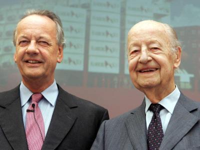 August Oetker und sein Vater Rudolf-August Oetker bei einer Bilanzpressekonferenz. Foto: Oliver Krato/Archiv