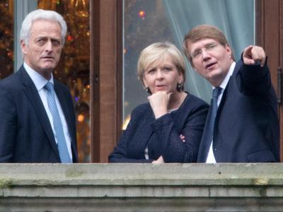 Balkonszene:Bundesverkehrsminister Peter Ramsauer (CSU, l.), die Ministerpräsidentin von Nordrhein-Westfalen, Hannelore Kraft (SPD), und Kanzleramtsminister Ronald Pofalla (CDU) in Berlin. Foto: Kay Nietfeld