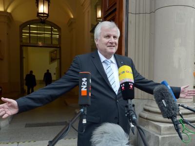 Bayerns Ministerpräsident Horst Seehofer (CSU) verlässt nach der dritten Runde der Sondierungsgespräche die Parlamentarische Gesellschaft. Foto: Rainer Jensen