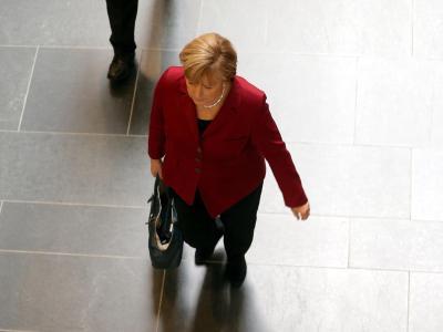 Bundeskanzlerin Angela Merkel auf dem Weg zu einemTreffen mit Vertretern der SPD. Foto: Wolfgang Kumm