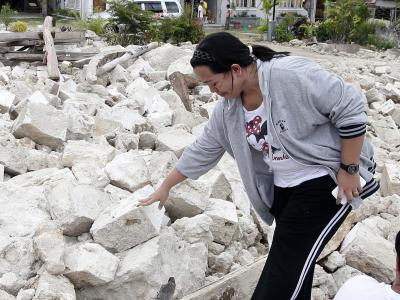 Trauer in Loon, Provinz Bohol. Immer noch werden Tote aus den Trümmern gezogen. Foto: Dennis M. Sabangan