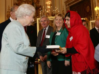 Malala, die vor einem Jahr einen Mordanschlag der Taliban überlebt hatte, überreichte Elizabeth II. ihr Buch «Ich bin Malala». Foto: Yui Mok