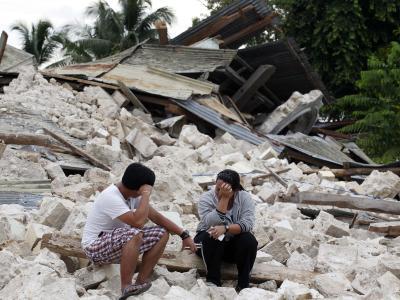 Ein Geschwisterpaar trauert um ihren bei dem Beben ums Leben gekommenen Vater. Foto: Dennis M. Sabangan