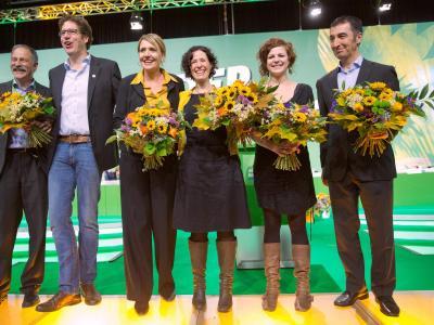 Der neugewählte Bundesvorstand der Grünen steht nach der Abstimmung auf der Bühne. Foto: Michael Kappeler