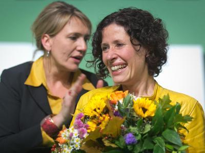 Bettina Jarasch (r), neue Beisitzerin im Bundesvorstand, lacht neben der neuen Grünen-Bundesvorsitzenden Simone Peter. Foto: Michael Kappeler