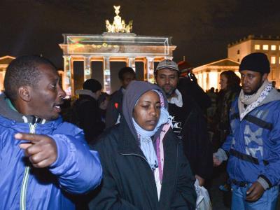Flüchtlinge und Unterstützer räumen am 19.10.2013 in Berlin ihr Camp am Pariser Platz. Die mehr als 20 Flüchtlinge am Brandenburger Tor haben ihren seit zehn Tagen dauernden Hungerstreik vorläufig beendet. Foto: Bernd von Jutrczenka