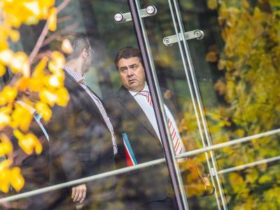 SPD-Vorsitzender Sigmar Gabriel geht nach einer Vorstandssitzung zum Parteikonvent in der Parteizentrale in Berlin. Foto: Hannibal/Archiv