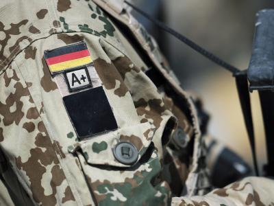 Ein Soldat trägt seine Blutgruppe am Ärmel. Foto: Hannibal Hanschke/Archiv