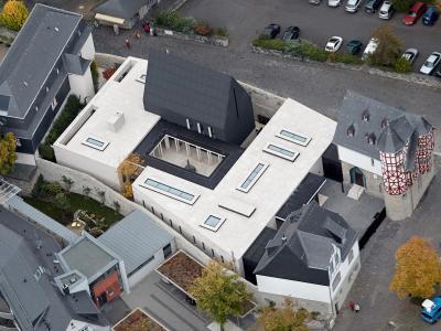 Nicht besonders groß, aber besonders teuer: Das Luftbild zeigt den Neubau des Limburger Bischofssitzes. Foto: Thomas Frey