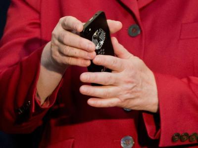 Bundeskanzlerin Angela Merkel (CDU) hält ein abhörsicheren Blackberry am Stand von Secusmart beim Eröffnungsrundgang der Computermesse CeBIT in Hannover hoch.Foto: Julian Stratenschulte/Archiv