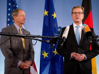 US-Botschafter John B. Emerson (l) und Bundesaußenminister Guido Westerwelle. Foto: Maurizio Gambarini/Archiv