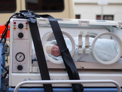 Ein wenige Wochen altes Baby wird während der Evakuierung des Klinikums in Magdeburg in einem Brutkasten transportiert. Foto: Lukas Schulze