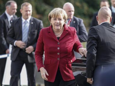 Angela Merkel auf dem Weg zu einem Gipfel-Vorbereitungstreffen der Europäischen Volkspartei. Foto: Thierry Roge