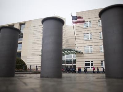 Poller sichern die Zufahrt zur US-Botschaft in Berlin. Foto: Michael Kappeler/Archiv