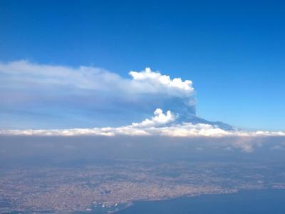 Der Ätna spuckt nach seinem Ausbruch am Samstag weiter Asche. Der Flughafen Catania schränkte deshalb den Verkehr ein. Foto: Christian Gutsche