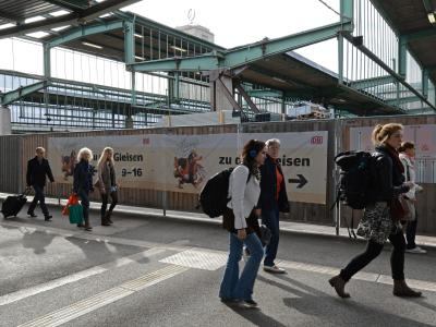 Während der Bauarbeiten für Stuttgart 21 erreichen die Reisenden die Gleise über den Querbahnsteig. Foto: Franziska Kraufmann