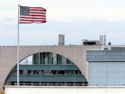 Gerade einmal 350 Meter Luftlinie trennen die amerikanische Botschaft zum Bundeskanzleramt. Foto: Wolfgang Kumm