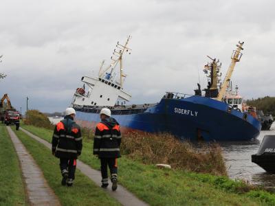Die «Siderfly» liegt mit Schlagseite an der Kanalböschung bei Brunsbüttel. Foto: Christian Charisius