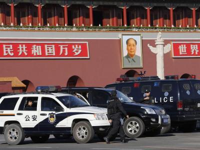 Unfall oder Terrorakt? Die Pekinger Polizei untersucht die Unglücksstelle nahe dem Tian'anmen Platz. Foto: Rolex Dela Pena