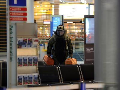 Ein Bombenentschärfer geht durch den Abflugbereich des Düsseldorfer Flughafens. Foto: dpa/Archiv