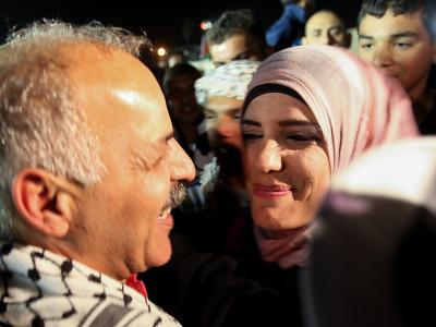 Ein aus israelischer Haft entlassener Mann wird von seiner Familie begrüßt. Foto: Atef Safadi