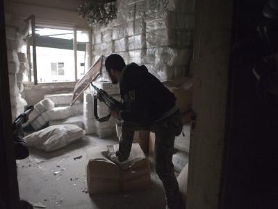 Ein Kämpfer der Assad-Gegner inAleppo. Syriens Exil-Opposition distanziert sich jetzt von radikalen Islamisten unter den Rebellen.Foto: Maysun/Archiv