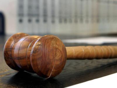 Ein hölzerner Hammer auf der Richterbank eines Verhandlungssaals. In Aldingen war eine Einjährige verhungert. Foto: Uli Deck/Symbolbild