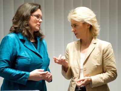 Die amtierende Bundesministerin für Arbeit und Soziales, Ursula von der Leyen (CDU,r) und SPD-Generalsekretärin Andrea Nahles diskutieren im Willy-Brand-Haus. Foto: Maurizio Gambarini