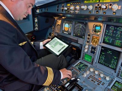 iPad im Airbus-Cockpit: Passagiere von US-Fluggesellschaften dürfen ihre elektronischen Geräte künftig auch bei Start und Landung eingeschaltet lassen.Foto: Airbus/Archiv